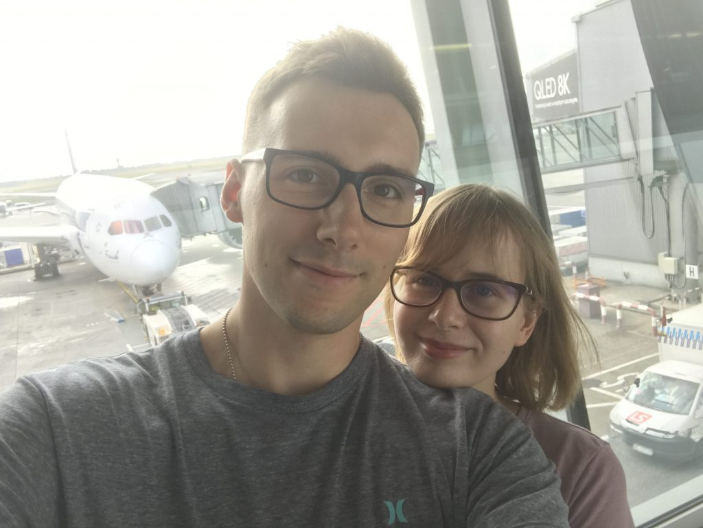 Na lotnisku przed lotem do Seulu