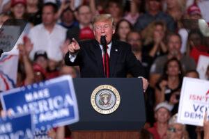 onald Trump podczas przemówienia. Widoczne szyldy ze słynnym Make America Great Again. Wybory w USA zasady