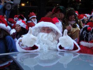 Święta w Nowym Jorku - uliczne wydarzenia z Mikołajami