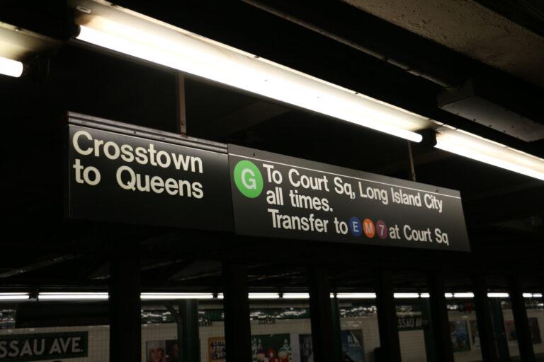 Oznaczenia nad torami metra w Nowym Jorku