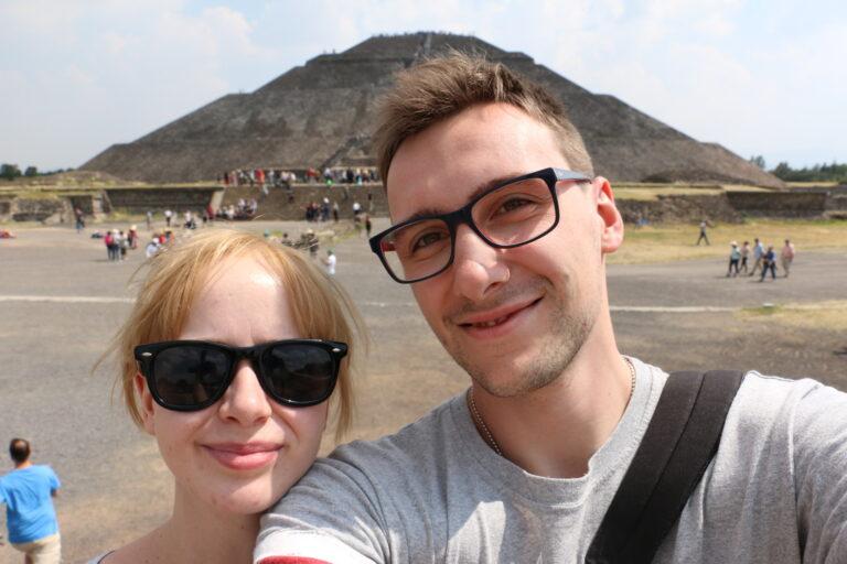 Marta i Łukasz Misza przed Piramidą Słońca, Teotihuacan - atrakcje Mexico City