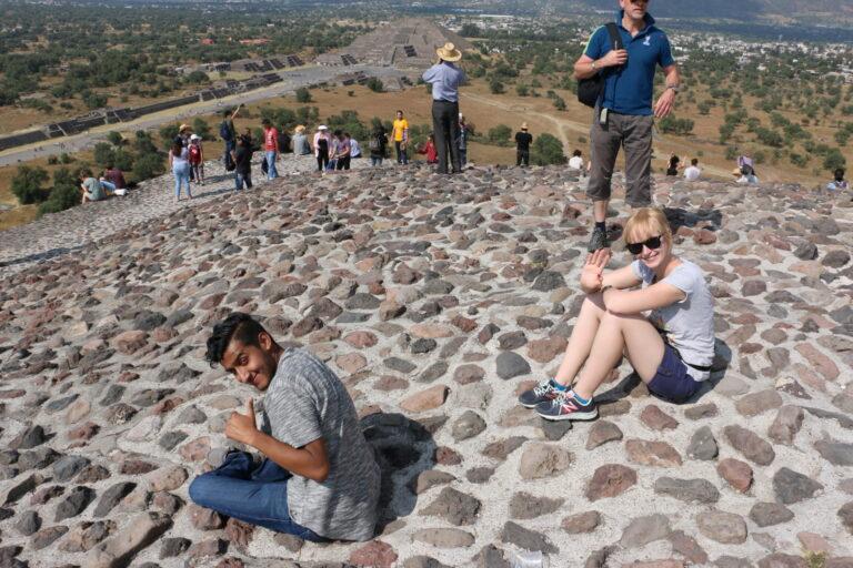 Na szczycie piramidy w Teotihuacan
