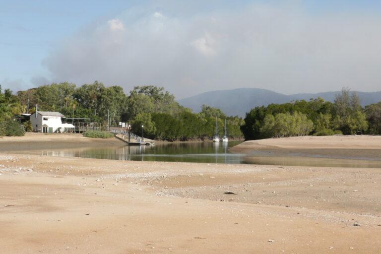 Rzeka przecinająca plażę Balgal. Przy niej ostrzeżenia przed krokodylami