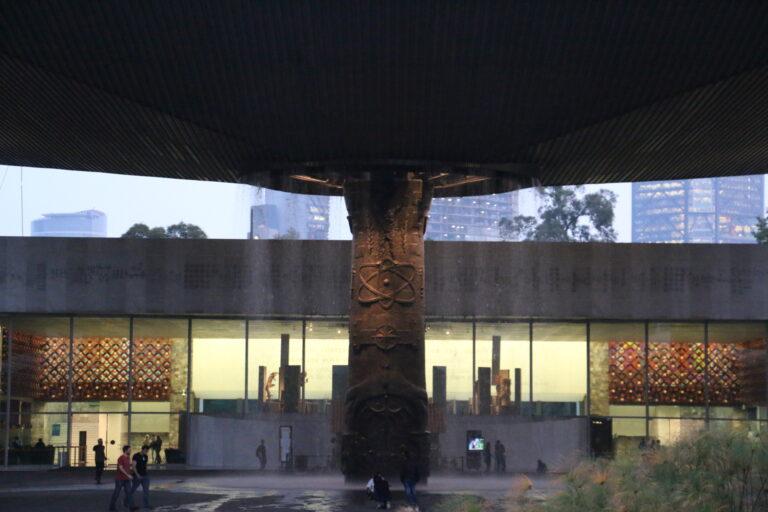 Fontanna przed Muzeum Antropologii - atrakcje Mexico City, co zobaczyć?