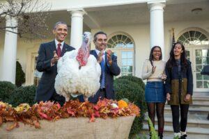 Podczas Thanksgiving prezydent przed Białym Domem uwalnia indyka