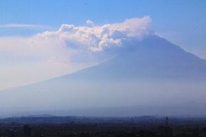 Aktywny wulkan El Papo w tle miasta Puebla