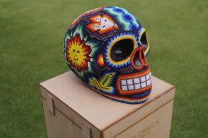 Kolorowa czaszka arte huichol w Meksyku