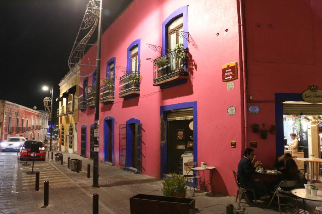 Kolorowe budynki w centrum Puebli