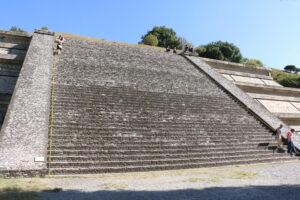 Cholula: strome schody przy piramidzie