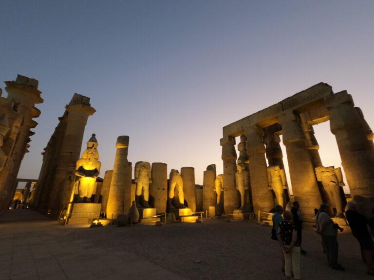 Świątynia Luksorska o zmroku