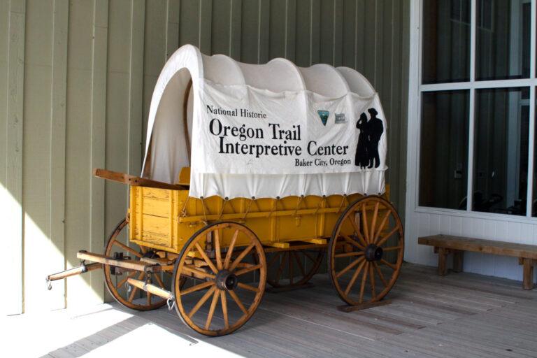 Historyczny wóz w turystycznym centrum przy Oregon Trail