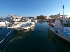 Port w Pafos z makiem w tle