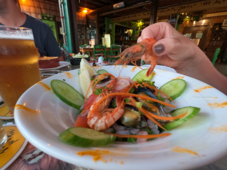 Sałatka z owocami morza w Thomas's Jungle Pub
