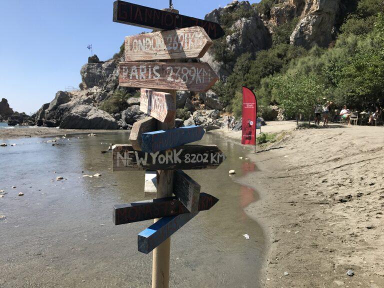 Znak z miastami w Preveli Beach, Kreta