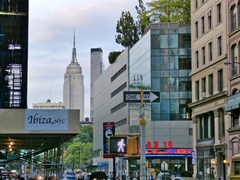 Widok na ulicę NYC z Empire State Building w tle